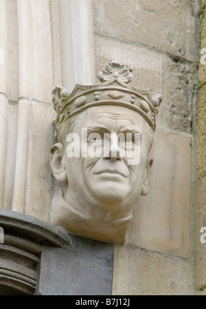 S.a.r. el príncipe Felipe, Duque de Edimburgo, consorte de la Reina Isabel II, con vistas a la entrada principal de la Catedral de Chichester, Inglaterra