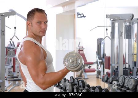 El hombre levantando una pesa, Retrato Foto de stock