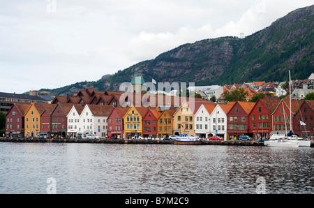 Bryggen, Hanseática históricos edificios comerciales en Bergen, Noruega, visto desde el otro lado de la bahía de Vågen, Bergen, Noruega