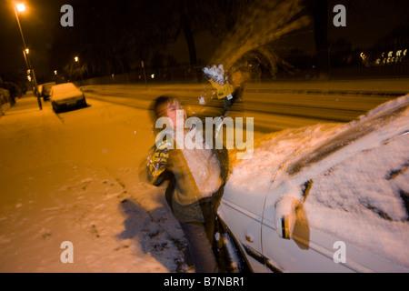 Un niño juega bolas de nieve en la noche durante fuertes chubascos de nieve en el centro de Londres, un evento raro para una ciudad del interior del sur