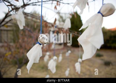 Adornos de halloween en el patio delantero de una casa en for Decoracion de casas hechas a mano