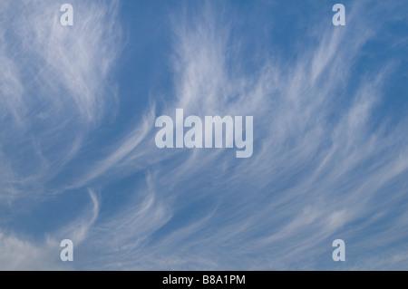 Cielos azules con blancas nubes cirrus Derbyshire Peak District Engaland