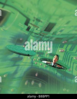 FL4386, Jim Tinios; hombre mirando hacia arriba a través de la Boca en fondo de Circuitos Verdes distorsionados