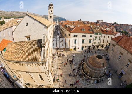 Vista desde las murallas de la ciudad con grandes Onofrio Trevi Stradun desde la Puerta Pile y el Monasterio Franciscano de Dubrovnik campanario