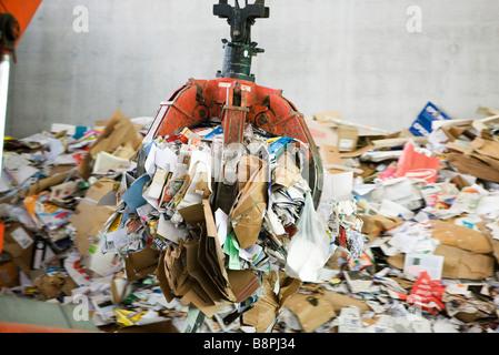 Los residuos de papel que se procesan en el centro de reciclaje