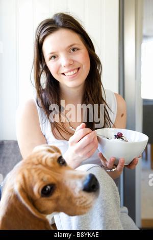 Una joven mujer desayunando en Suecia.