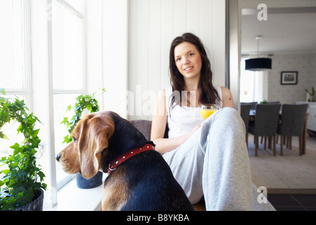 Una mujer joven y un perro de Suecia.