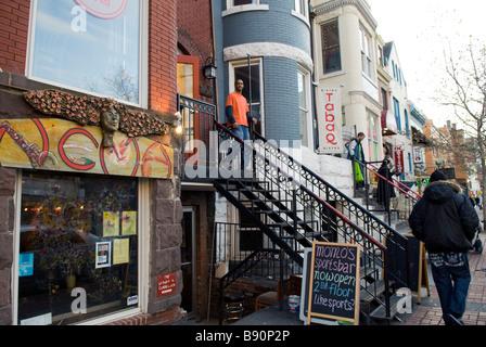 Tira de bares, restaurantes y tiendas en U Street NW entre 13º y 14º en Washington, Distrito de Columbia, Estados Unidos, América del Norte Foto de stock