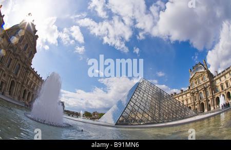 Pyramide y fuentes exteriores en sol de primavera Musée du Louvre Paris Francia Europa UE
