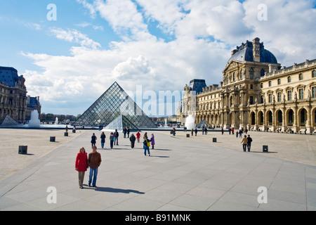 Fuentes Pyramide y exterior del Musee du Louvre Paris Francia Europa UE