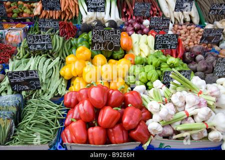 Verduras aparece en el stand en el popular mercado al aire libre Naschmarkt en Viena, Austria