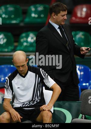 El tenista ruso Nikolay Davydenko el primer plano y el famoso jugador de tenis Yevgeny Kafelnikov en una práctica para la próxima