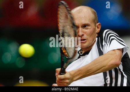 El tenista ruso Nikolay Davydenko practicando para la próxima Copa Davis primera ronda match entre Rusia y Serbia