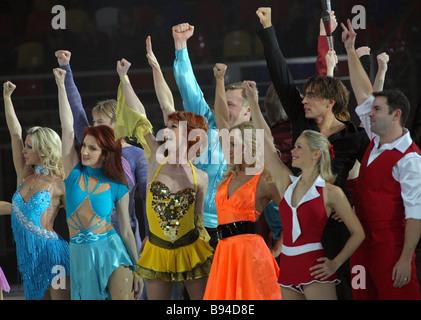 Los participantes en la danza sobre hielo concierto de gala en el Palacio de Hielo en Moscú Campo Khodynskoye saludando Foto de stock