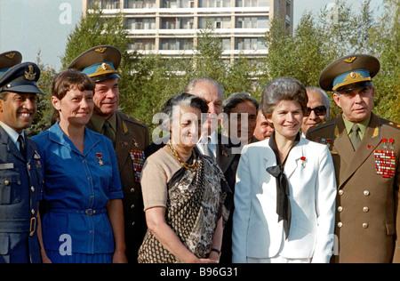 El Primer Ministro de la India, Indira Gandhi, centro en una visita oficial a la Unión Soviética se reúne con cosmonautas Foto de stock