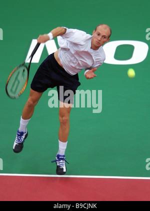 El tenista ruso Nikolay Davydenko tras el partido de la final del 17º torneo internacional de tenis Copa Kremlin Davydenko