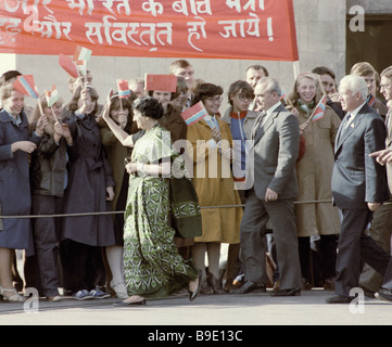El Primer Ministro de la India, Indira Gandhi, saludo a los residentes de la ciudad de Tallin durante su visita a la Unión Soviética Foto de stock