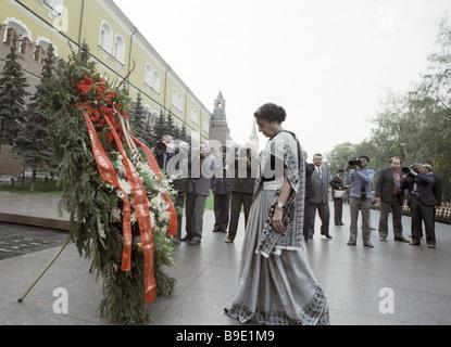 El Primer Ministro de la India, Indira Gandhi, colocando una ofrenda floral en la Tumba del Soldado Desconocido Foto de stock