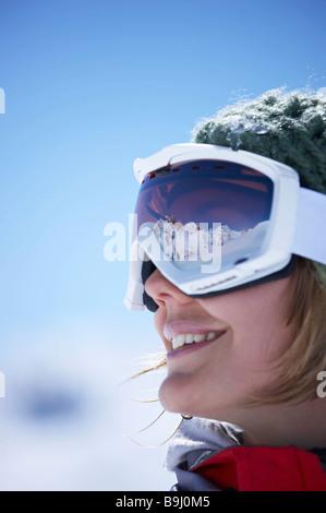 Mujer joven llevaba gafas de esquí
