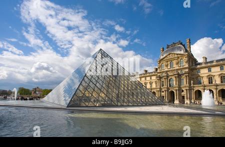 Fuentes Pyramide y exterior del Musee du Louvre Paris Francia Europa