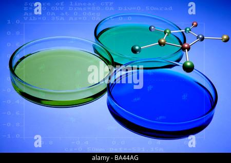 Placa De Petri Con Líquido Y Estructura Molecular Foto