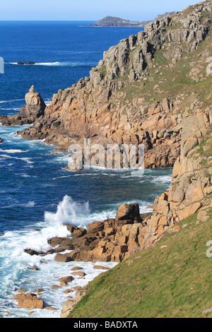 La costa del Océano Atlántico entre Cornualles Lands End y Sennen mirando al norte con acantilados escarpados y rocas
