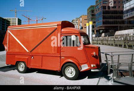 Abril 21, 2009 - Ice cream van (Citroën tipo H) en Sandtorhafen en Hamburgo en el Hafencity.