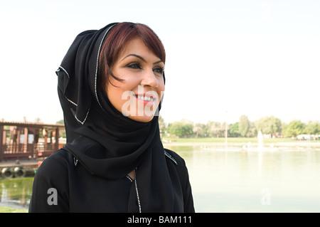 Retrato de una mujer vistiendo un hijab Foto de stock