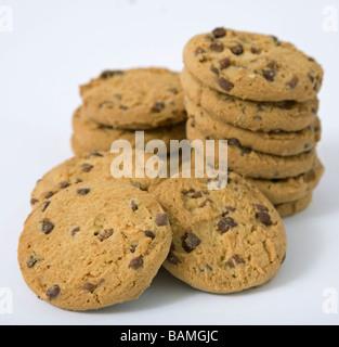 Apilar las galletas con trocitos de chocolate