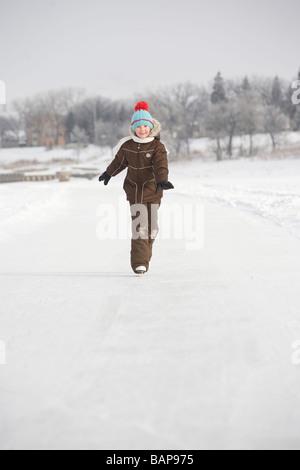 Niña de 9 años patinando sobre Río Rojo, en Winnipeg, Canadá