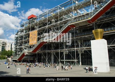 Los turistas fuera del Musée National d'Art Moderne en el Centre National d'Art et de Culture Georges Pompidou