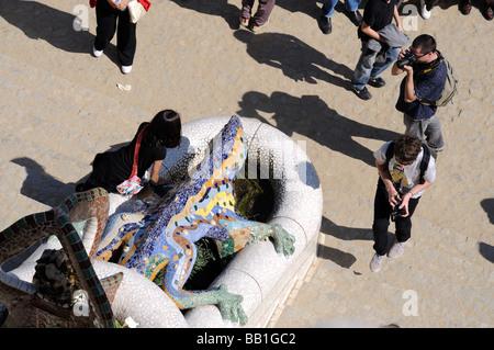 Los turistas en Antoni Gaudis Dragon Escultura en el Parque Güell, Barcelona España