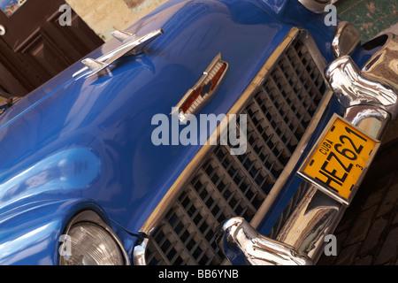 Cerca del viejo coche azul HEZ621 en La Habana, Cuba, Las Antillas, el Caribe, América Central