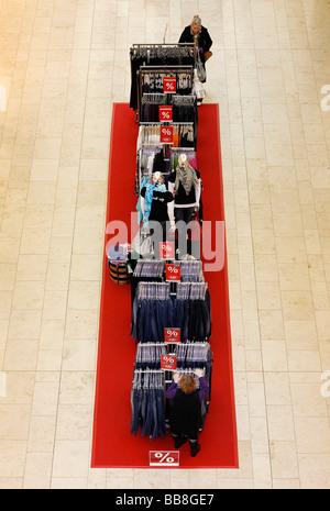 Ropa para la venta, la percha sobre una alfombra roja, boutique de moda, vista desde arriba, Alemania, Europa