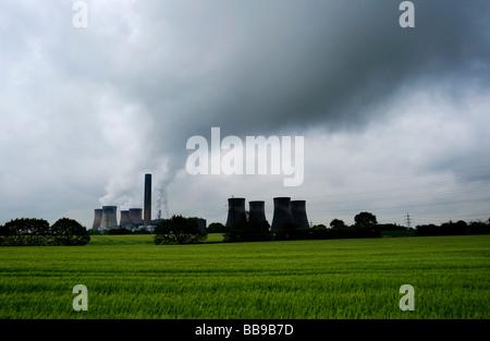 Fiddlers Ferry Carbón Power Station situado cerca de Widnes en Cheshire por las orillas del río Mersey