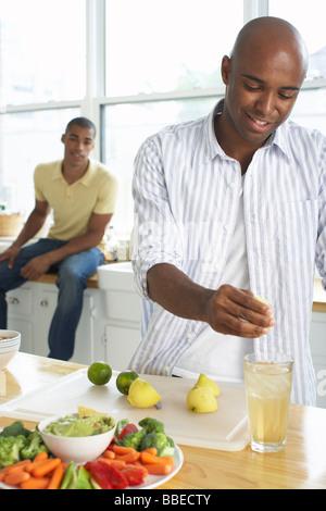 Los hombres en la preparación de alimentos y bebidas