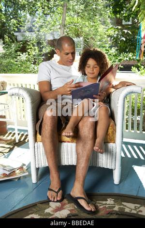 Libro de lectura con la hija de padre