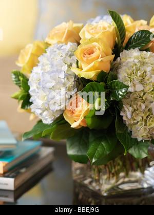 Arreglo floral sobre la mesa de café