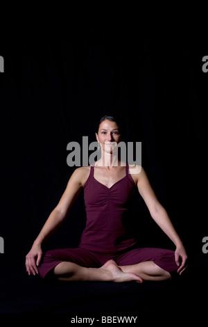Retrato de un instructor de yoga contra un fondo negro