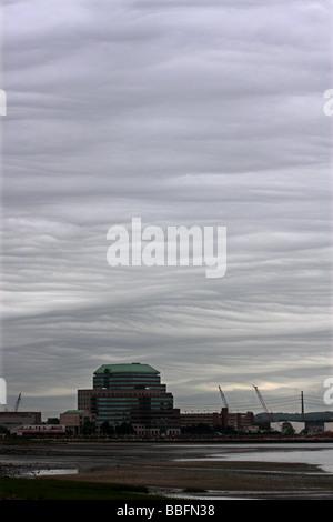 Las nubes Nimbostratus inusual forma un patrón en el cielo de New Haven, Connecticut, EE.UU.