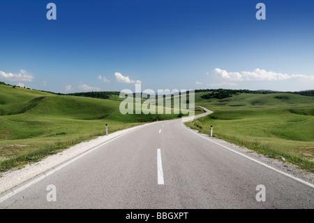 Camino a través de las colinas de Bosnia Herzegovina