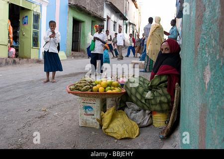 En Harar, Etiopía; puesto de frutas en Market Street. Foto de stock