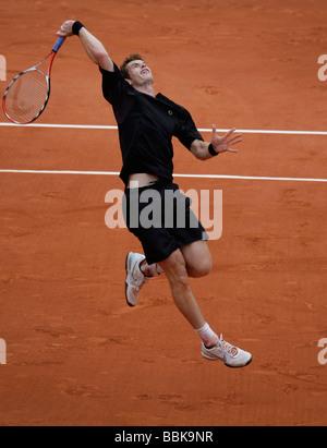 Jugador de tenis Andy Murry juega un overhead smash en Roland Garros