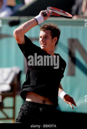 Jugador británico Andy Murray (GBR) desempeña un forehand volver en Roland Garros