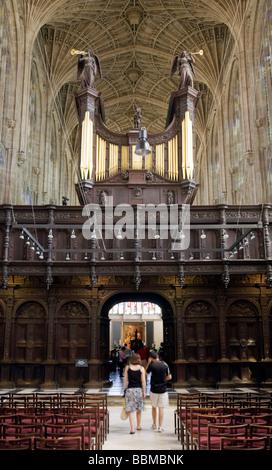 Turistas mirando el órgano, el interior de la capilla de King's College, Cambridge (Reino Unido)