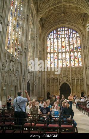 Visita guiada en progreso, Kings College Chapel interior, Cambridge, Reino Unido