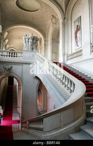Escalera principal, el Museo de Arte e Historia, Ginebra, Suiza.