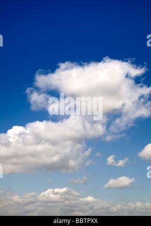 Cielo azul con nubes cumulus