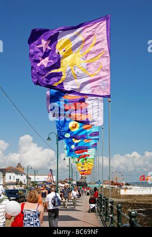 Coloridas banderas ondeando en el paseo durante la anual ' ' golowan celebraciones en Penzance en Cornualles, Reino Unido