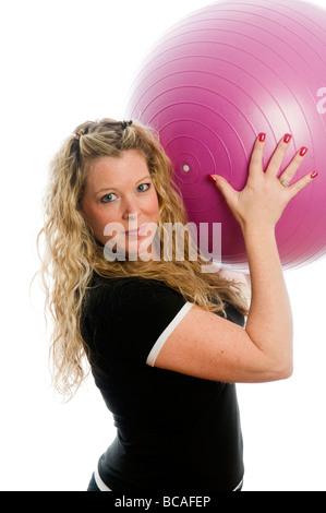 Plus size bonita mujer de mediana edad hacer ejercicio y trabajar con pelota de entrenamiento básico